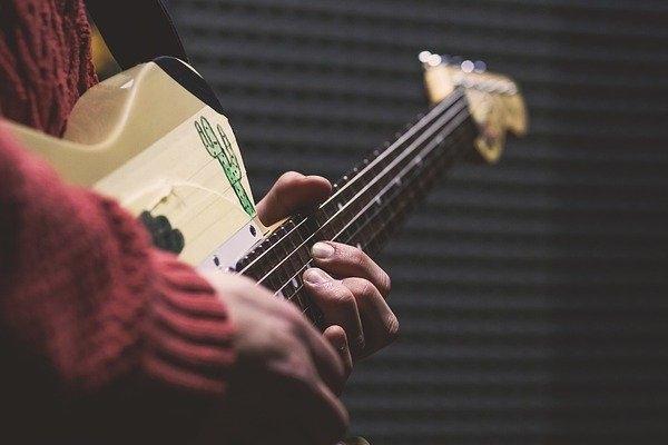 Canto y guitarra eléctrica